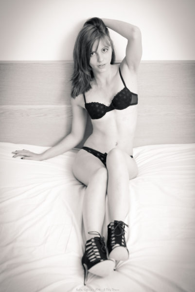 lola shooting photo boudoir collaboration orvault photographe adailydream lingerie noir et blanc monochrome